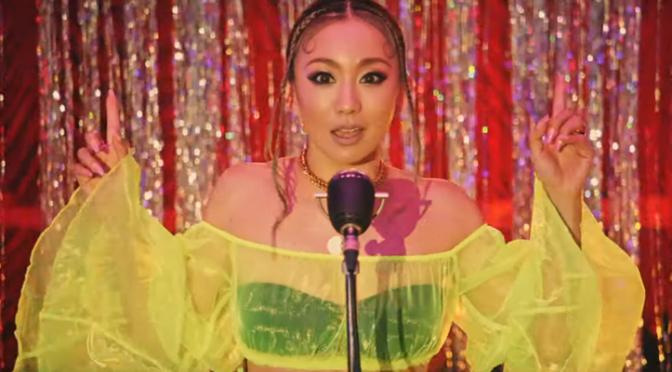 """Koda Kumi aleatoriamente lança o melhor PV em anos para um cover de """"Livin La Vida Loca"""" do Ricky Martin"""