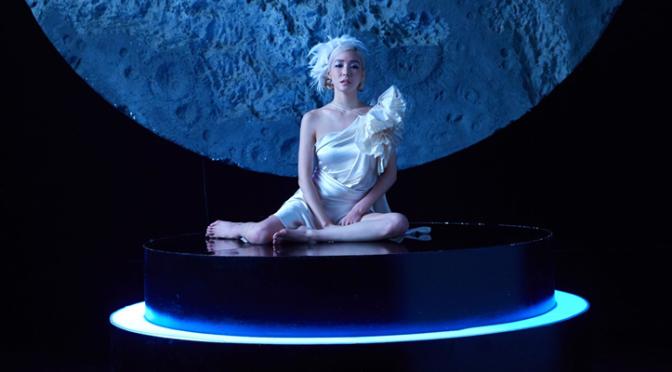 """Tiffany Young finalmente traz a sucessora de """"I Just Wanna Dance"""" com """"Magnetic Moon"""""""