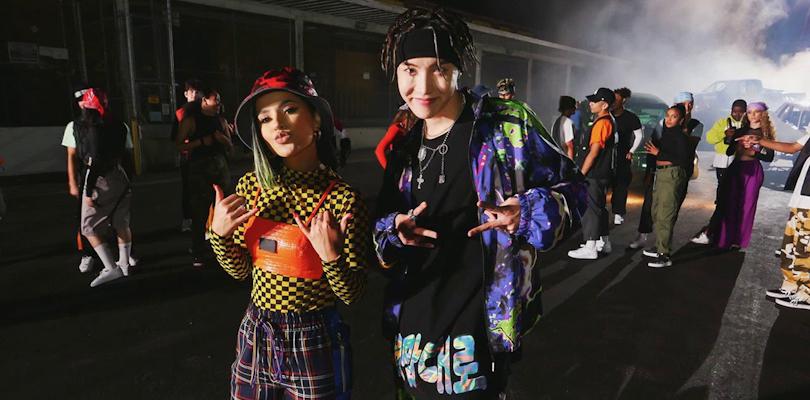 J-Hope mata uma parceria com a Becky G cantando uma música sobre miojo degalinha