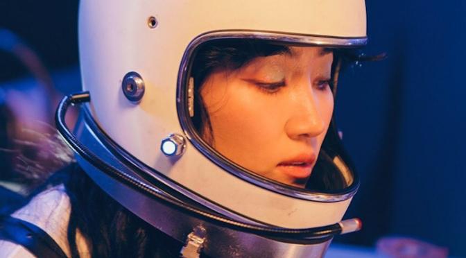 "HA:TFELT imagina e explora o seu próprio universo na gostosa ""Satellite"""