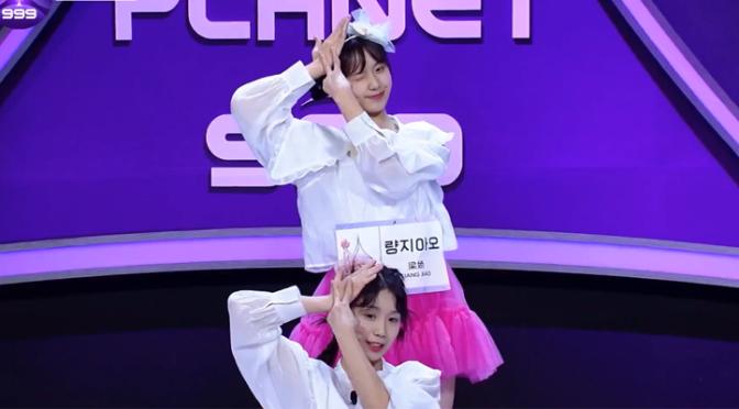 """Post para enaltecer as gêmeas chinesas do Girls Planet 999 cantando """"Hmph!"""" do WJSN Chocome"""