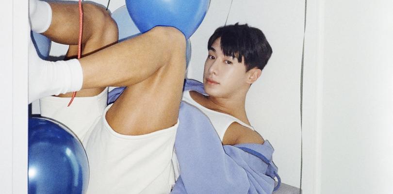 """Wonho é o jogador de futebol gostoso do colégio com 28 anos em """"Blue"""""""